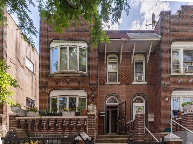 6 BR,  4.00 BTH  Colonial style home in East Elmhurst