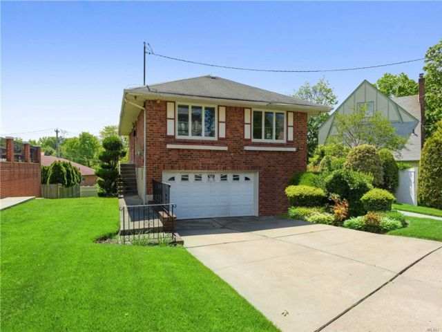 3 BR,  3.00 BTH  Raised ranch style home in Douglaston