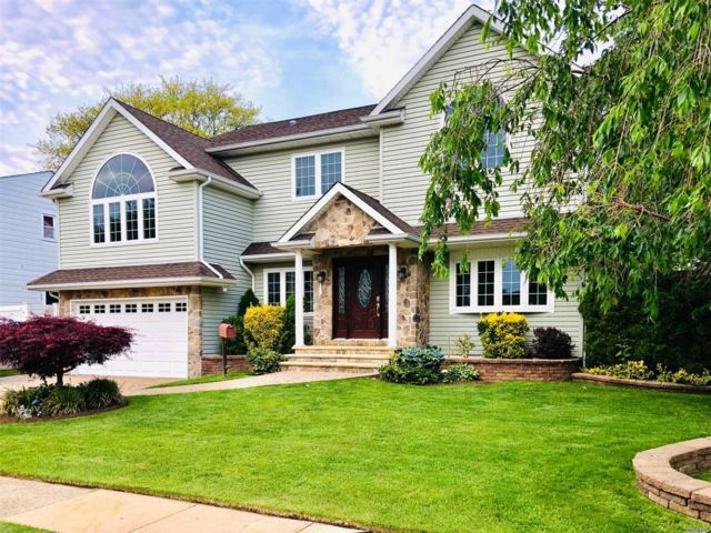 5 BR,  3.00 BTH Colonial style home in Seaford