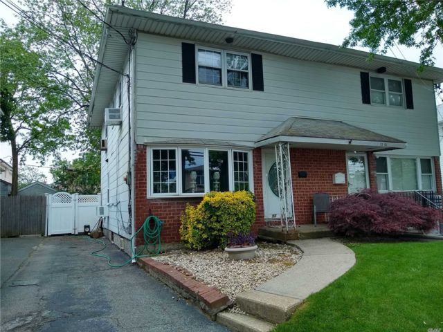 3 BR,  3.00 BTH Colonial style home in Little Neck