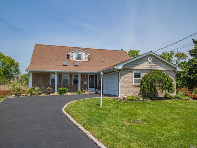 3 BR,  3.00 BTH  Farm ranch style home in West Babylon