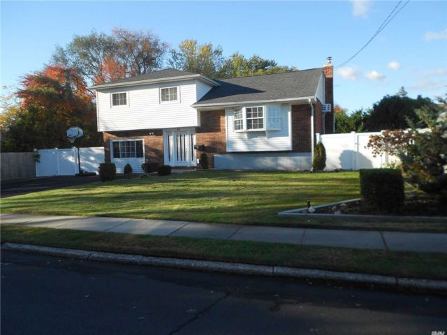3 BR,  2.00 BTH  Split level style home in North Babylon