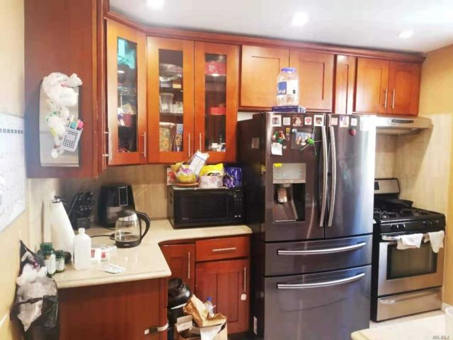 3 BR,  2.00 BTH  Apt in bldg style home in Flushing