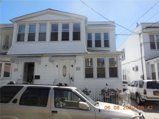 7 BR,  3.00 BTH Colonial style home in Cypress Hills