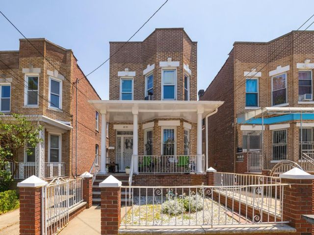 5 BR,  3.00 BTH  Duplex style home in Flushing