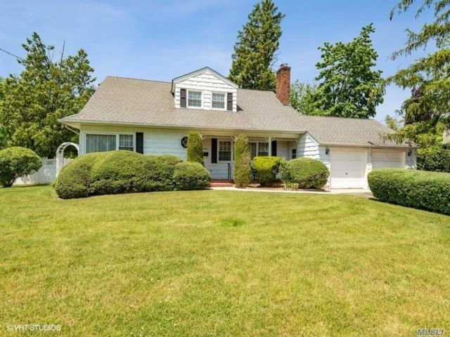 3 BR,  3.00 BTH  Colonial style home in Wantagh