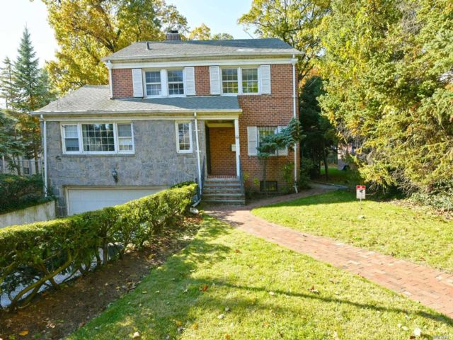 9 BR,  7.00 BTH Colonial style home in Jamaica Estates