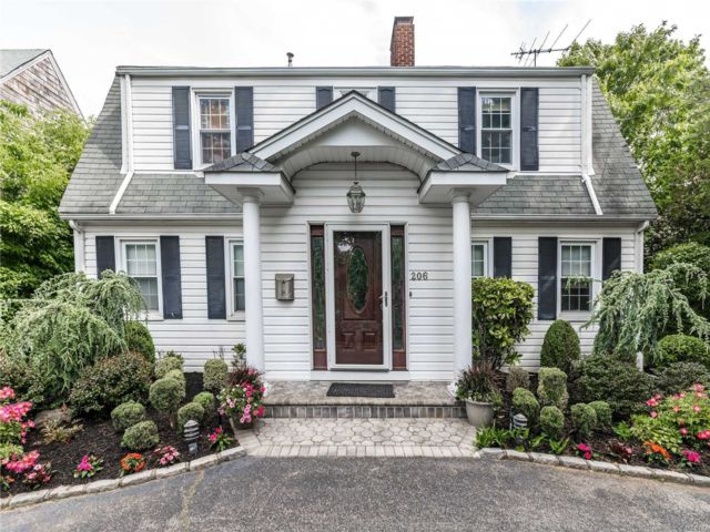 4 BR,  4.00 BTH  Colonial style home in Woodmere