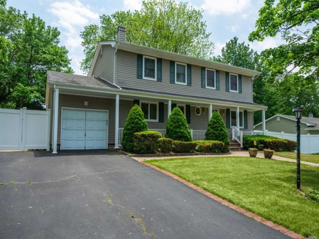 4 BR,  2.00 BTH Colonial style home in South Setauket