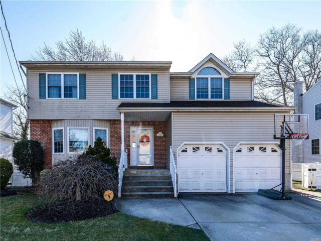 4 BR,  4.00 BTH Colonial style home in East Meadow