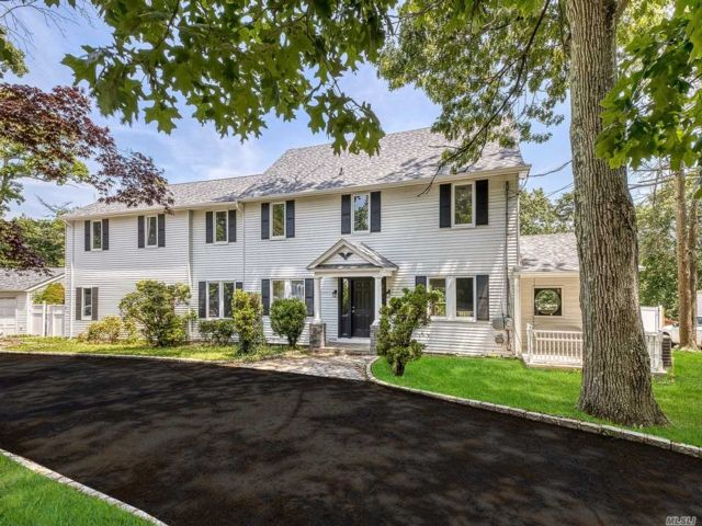 8 BR,  6.00 BTH Colonial style home in Smithtown
