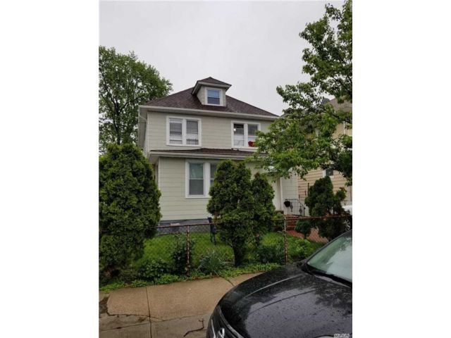 5 BR,  2.00 BTH  Colonial style home in Flushing