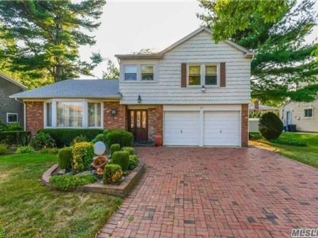 3 BR,  3.00 BTH  Split level style home in Manhasset Hills