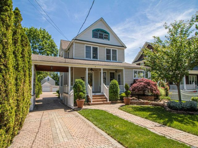 4 BR,  3.00 BTH  Victorian style home in Bay Shore