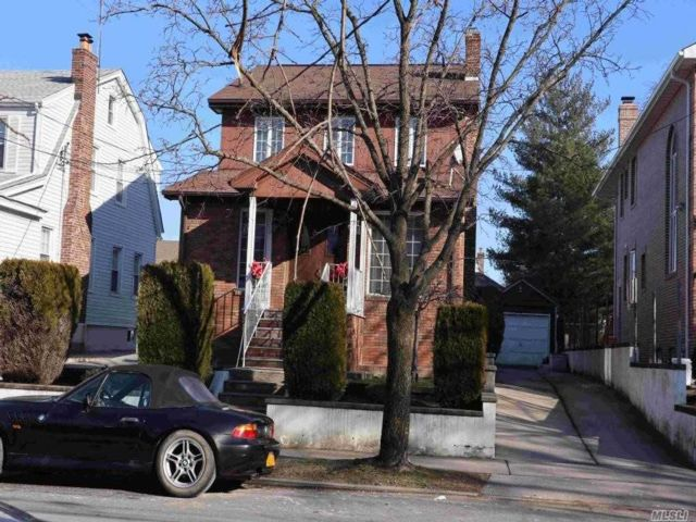 3 BR,  3.00 BTH  Duplex style home in Flushing