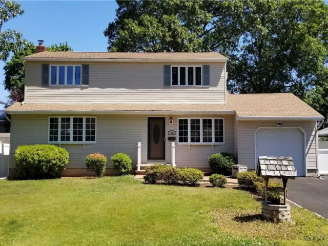 3 BR,  2.00 BTH  Colonial style home in West Islip