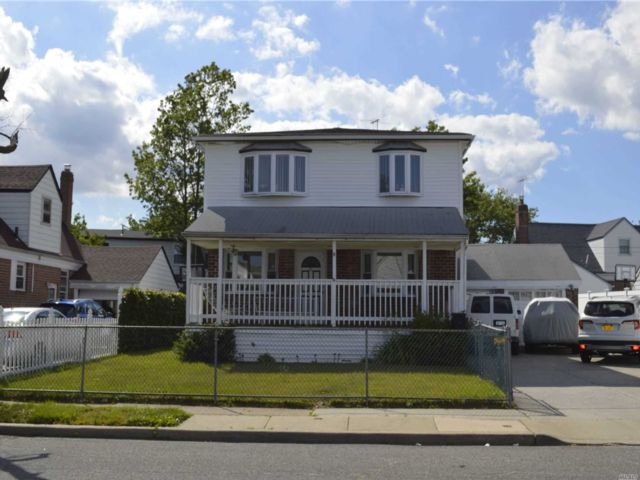 6 BR,  4.00 BTH  Colonial style home in Elmont
