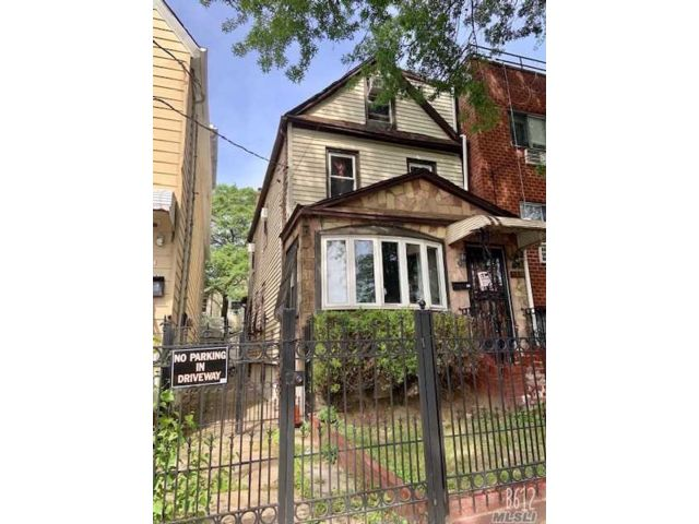 5 BR,  4.00 BTH Colonial style home in Elmhurst