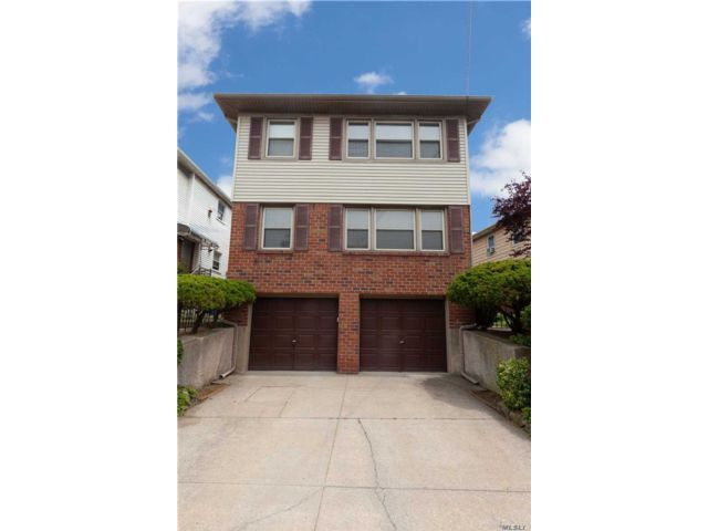 6 BR,  5.00 BTH 2 story style home in Whitestone