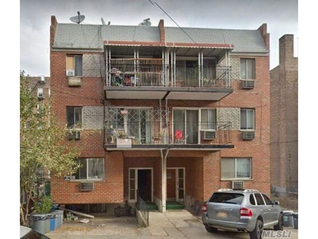 8 BR,  5.00 BTH  Colonial style home in Rego Park