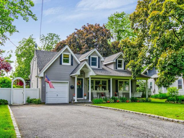 6 BR,  2.00 BTH  Colonial style home in Amityville