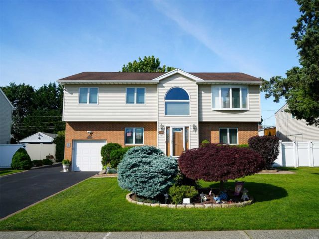 5 BR,  3.00 BTH Hi ranch style home in East Meadow