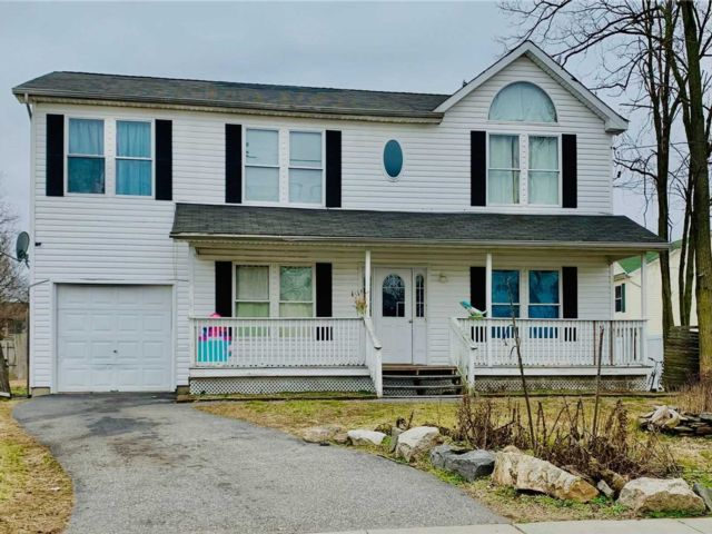 5 BR,  3.00 BTH  Colonial style home in Amityville