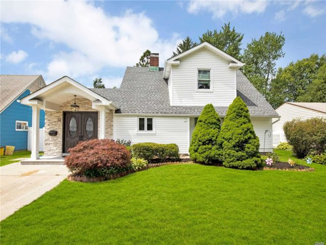 3 BR,  2.00 BTH Exp ranch style home in Hicksville