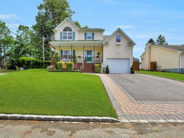 3 BR,  3.00 BTH Colonial style home in Islip