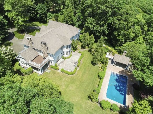 6 BR,  6.00 BTH  Colonial style home in Oyster Bay Cove