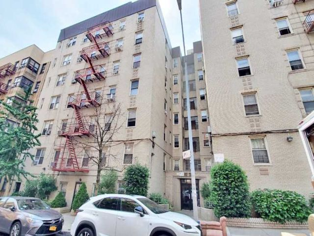 3 BR,  2.00 BTH  Mid rise style home in Parkchester