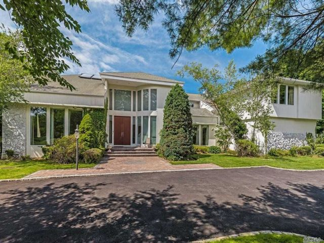 6 BR,  6.00 BTH Colonial style home in Laurel Hollow