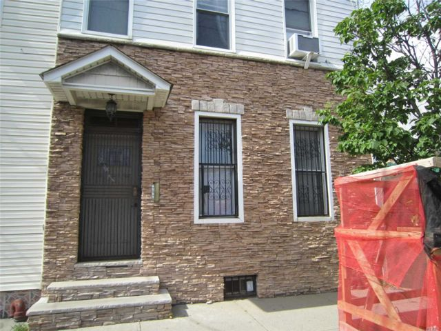 4 BR,  3.00 BTH Trilevel style home in East New York