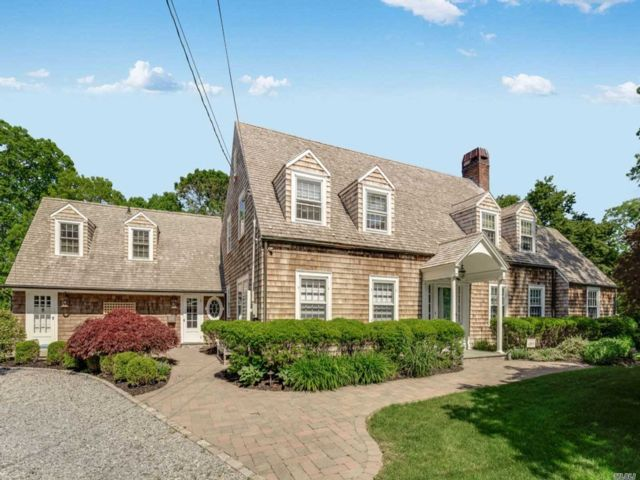 4 BR,  4.00 BTH Colonial style home in Sayville