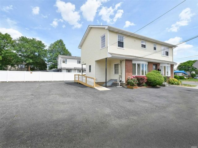 3 BR,  3.00 BTH  2 story style home in Bethpage
