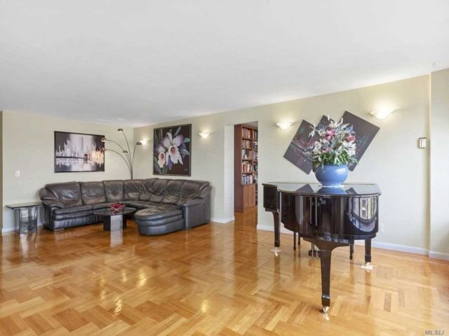 3 BR,  2.00 BTH High rise style home in Beechhurst