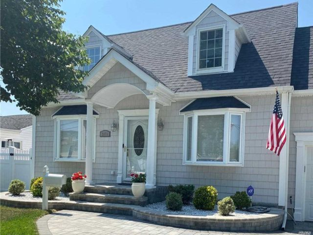 3 BR,  3.00 BTH Exp cape style home in Seaford