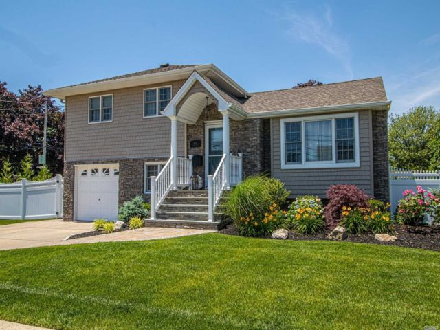 3 BR,  2.00 BTH  Split level style home in West Islip