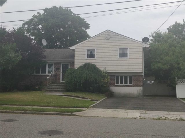 3 BR,  3.00 BTH  Split level style home in Hicksville