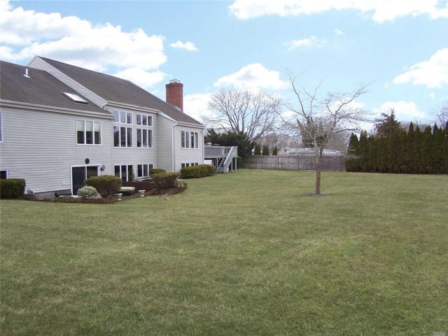 4 BR,  5.00 BTH Exp ranch style home in Medford