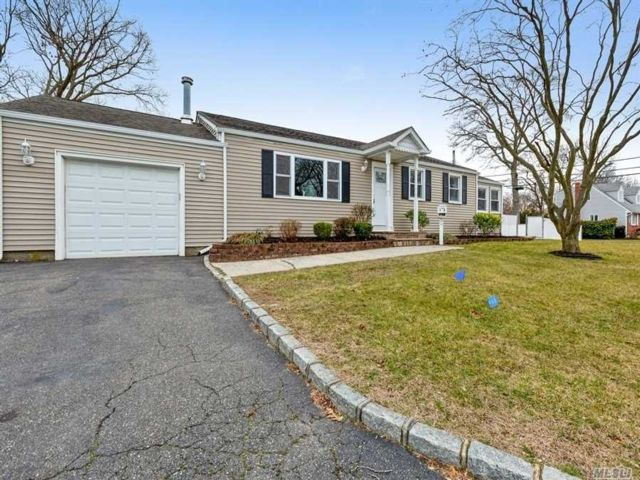 3 BR,  3.00 BTH Ranch style home in Islip