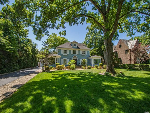 4 BR,  4.00 BTH Colonial style home in Brightwaters