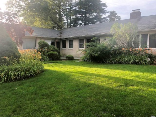 4 BR,  2.00 BTH  Ranch style home in Woodmere
