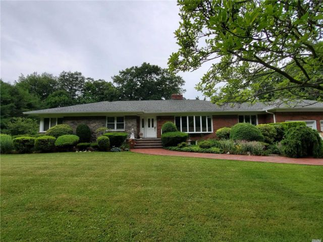 5 BR,  4.00 BTH Ranch style home in Dix Hills