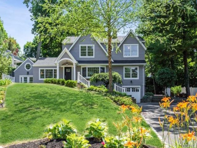 4 BR,  5.00 BTH Colonial style home in Huntington Bay