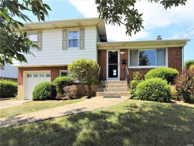 3 BR,  2.00 BTH  Split level style home in Hicksville