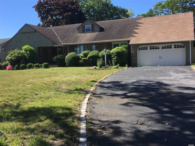 5 BR,  4.00 BTH  Farm ranch style home in Bay Shore