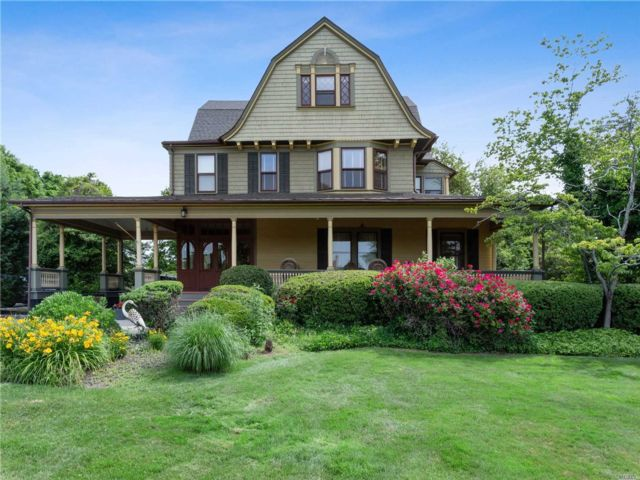 7 BR,  6.00 BTH  Colonial style home in West Islip