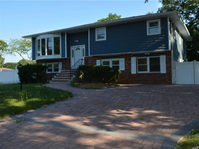 6 BR,  4.00 BTH  Hi ranch style home in Amityville