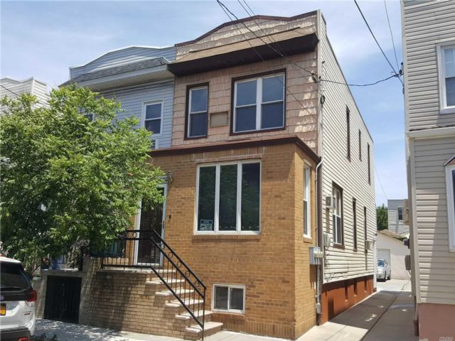 3 BR,  3.00 BTH Colonial style home in Glendale